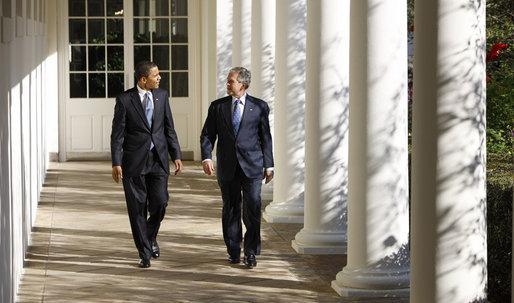 previsioni cia, Obama e Bush camminano