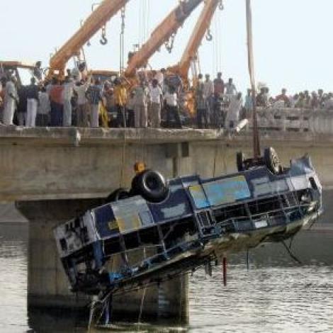 minibus cade in un fiume