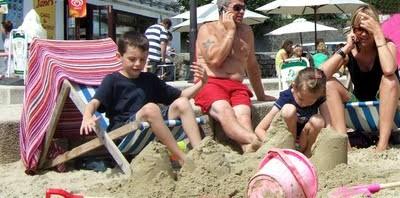 Genitori in spiaggia