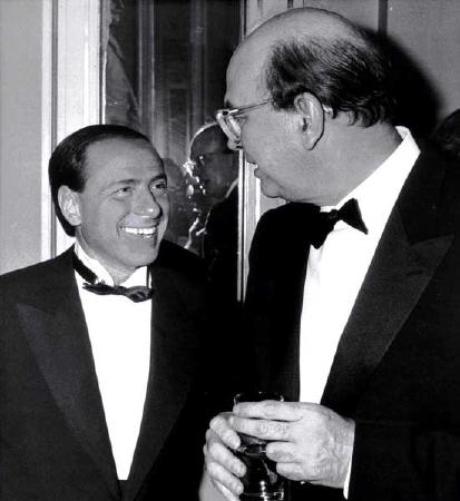 """Silvio Berlusconi (a sinistra) raccolse l'eredità di Bettino Craxi (a destra), unendo destra, pezzi della vecchia DC e dei socialisti, in funzione anti-""""comunista"""" (oltre che in funzione dei suoi propri interessi...)"""