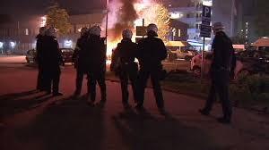 Gli scontri tra polizia e manifestanti nella periferia di Stoccolma