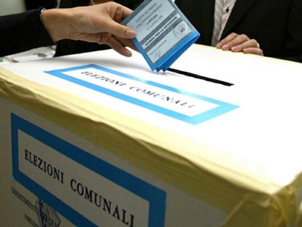 Elezioni Varese, comunali, voto, urna elettorale con un elettore che inserisce la scheda nel cartone con la scritta elezioni comunali