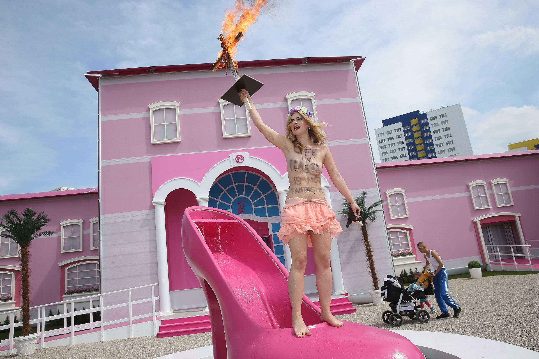 La casa di barbie a berlino da maggio ad agosto piovono le polemiche