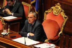 grasso riprende senatore cotti con giacca arcobaleno durante voto mozione f35