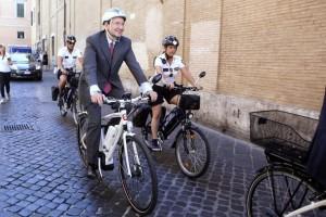 Il Sindaco di Roma Ignazio Marino con la sua bicicletta