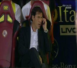 allenatore garcia al cellulare in panchina calcio