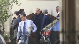 silvio berlusconi uscita palazzo grazioli 3 agosto 2013