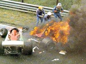 La monoposto di Lauda tra le fiamme.