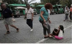 grecia donna calpesta bimba rom