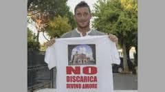 """Francesco Totti con la maglietta """"No discarica Divino Amore"""""""