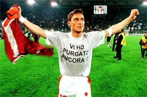 Francesco Totti (qui in un famoso derby del '99) è il recordman di presenze (36) nella stracittadina romana