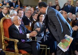 Il presidente della comunità ebraica di Roma Riccardo Pacifici stringe la mano a Giorgio Napolitano