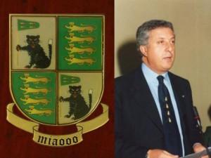 Lo stemma (disegnato da Cossiga) dell'ordine dei Quattro gatti e Naccarato con la cravatta dell'ordine