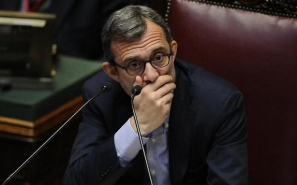 Comunali Roma, Roberto Giachetti, candidato sindaco, Pd, il vicepresidente della Camera con una mano nei pressi del mento
