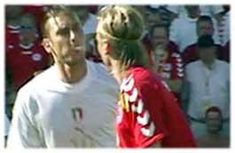 Il famoso sputo di Totti ai danni di Poulsen