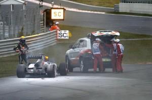 Il caos dei commissari di pista con la Red Bull di Webber in fiamme