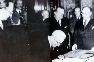 Enrico De Nicola firma la costituzione repubblicana