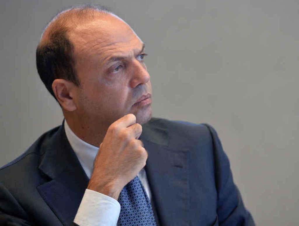 """Nuovo centrodestra, Alfano """"Renzi non affossi il governo"""""""