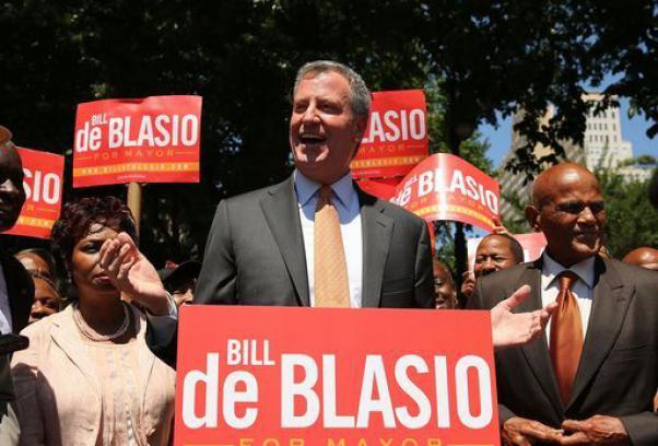 bill de blasio esulta dopo elezione sindaco new york