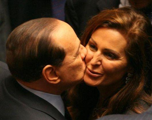 daniela santanchè baciata da silvio berlusconi