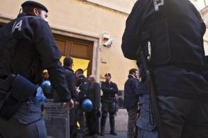 Disoccupati assaltano la sede del Pd
