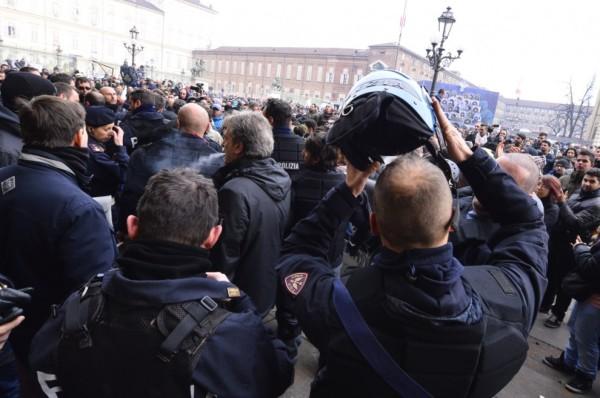 """Grillo scrive alle forze dell'ordine """"unitevi alla protesta"""" e """"non proteggete più questa classe politica"""""""