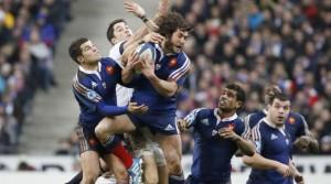 Maxime Machenaud riesce a conquistare il pallone durante Francia-Inghilterra