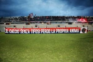 Striscione esposto dai tifosi del Taranto