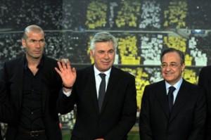 Ancelotti con Zidane e Perez al momento della presentazione ufficiale.