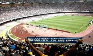 Il San Paolo esplode all'arrivo sugli spalti del campione Maradona