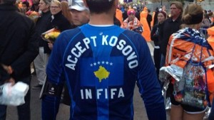 """La scritta sulla maglietta di questo tifoso recita """"Accettate il Kosovo nella FIFA"""""""