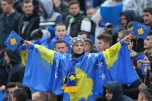 Un piccolo tifoso kosovaro sugli spalti durante la sfida contro Haiti