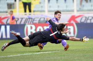 L'attaccante viola Mario Gomez, sono passati sei mesi dal primo infortunio che lo ha costretto a saltare buona parte della stagione.