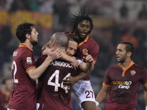 Totti travolto dai compagni di squadra dopo la rete siglata contro l'Udinese
