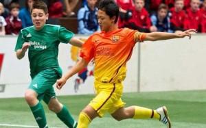 Seung Woo Lee in azione con la maglia delle giovanili del Barcellona