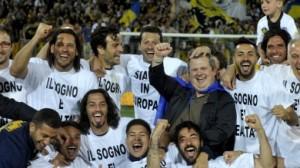 I giocatori del Parma posano dopo la qualificazione ottenuta contro il Livorno
