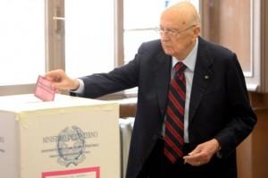 Il presidente della Repubblica Giorgio Napolitano mentre vota presso il suo seggio (foto Ansa)