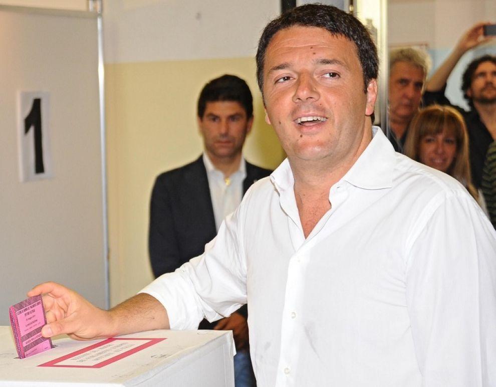Renzi mentre vota al suo seggio