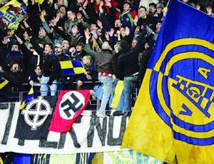 bandiere con svastiche sulla curva nord dell'Hellas Verona