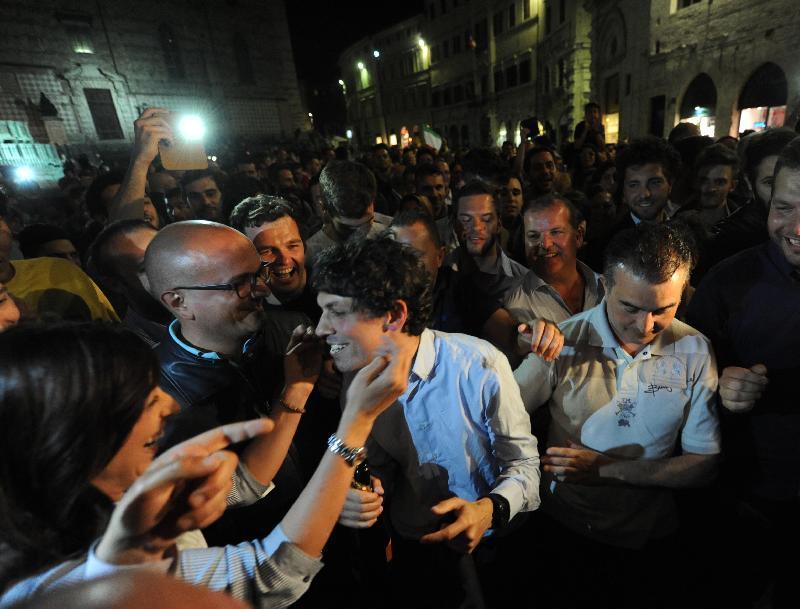 romizi festeggia la vittoria a sindaco di perugia
