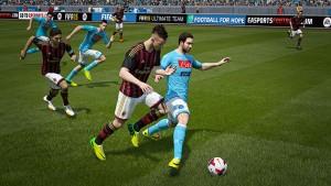 El Shaarawy e Higuain si contendono il pallone nel videogioco.