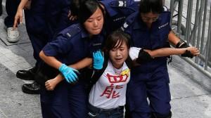 Hong Kong: lotta per le strade di Mongkok