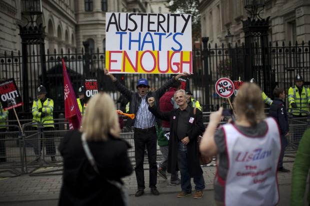 protesta studenti londra david cameron spending review austerity