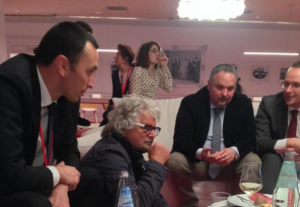M5S, Grillo al Salone del Mobile �Persone normali diventano pazzi furiosi�