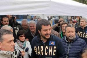 Salvini contestato nelle Marche rinuncia al sopralluogo nella palazzina multietnica