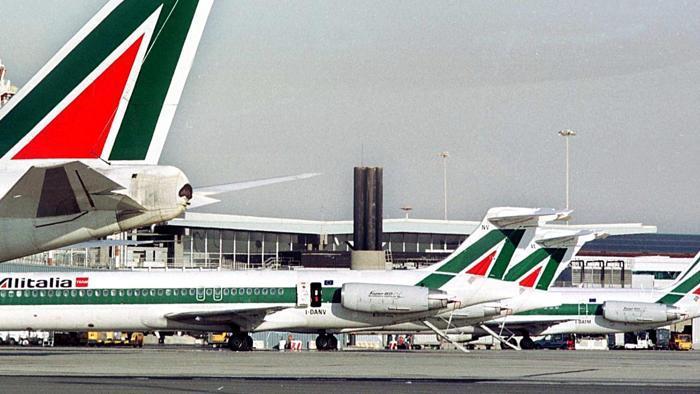 foto di aerei su pista di atterraggio