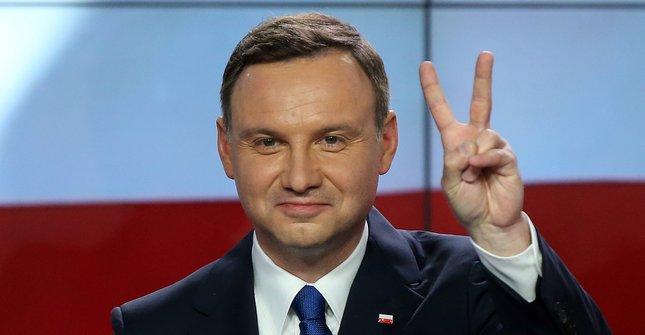 Anrdzej Duda festeggia la vittoria al ballottaggio delle elezioni presidenziali della Polonia 2015 con le dita a v in segno di vittoria