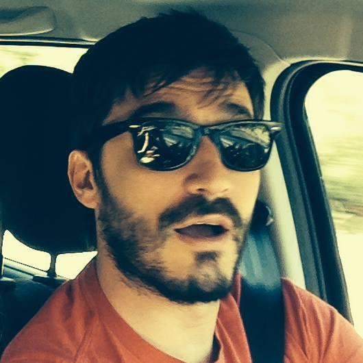 occhiali da sole e maglia colorata per federico dolce fotografato alla guida con cintura di sicurezza