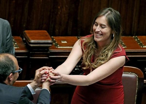 boschi riceve i complimenti da un deputato a cui porge le mani dopo approvazione italicum
