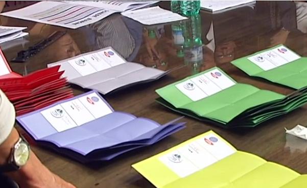 seggio elettorale con schede scrutinate